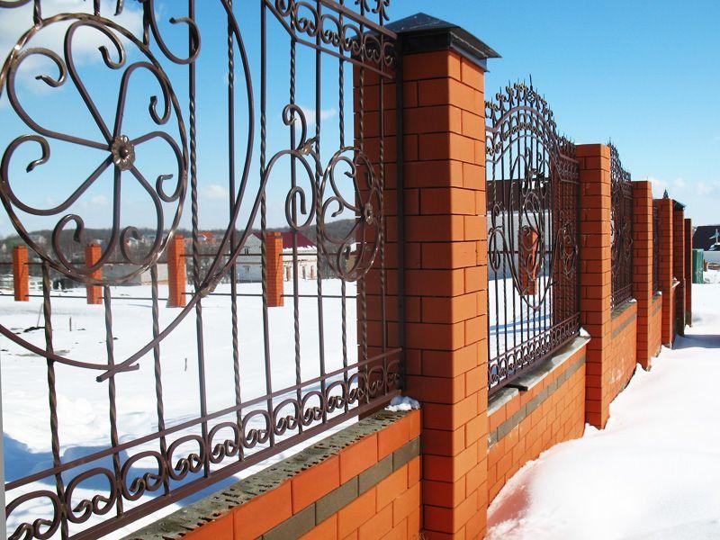 забор из красного и коричневого кирпича фото